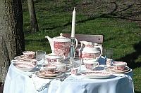 Alles om uw tafel in weelde te dekken, ook in de boomgaard, servies Boerenhoeve in rood